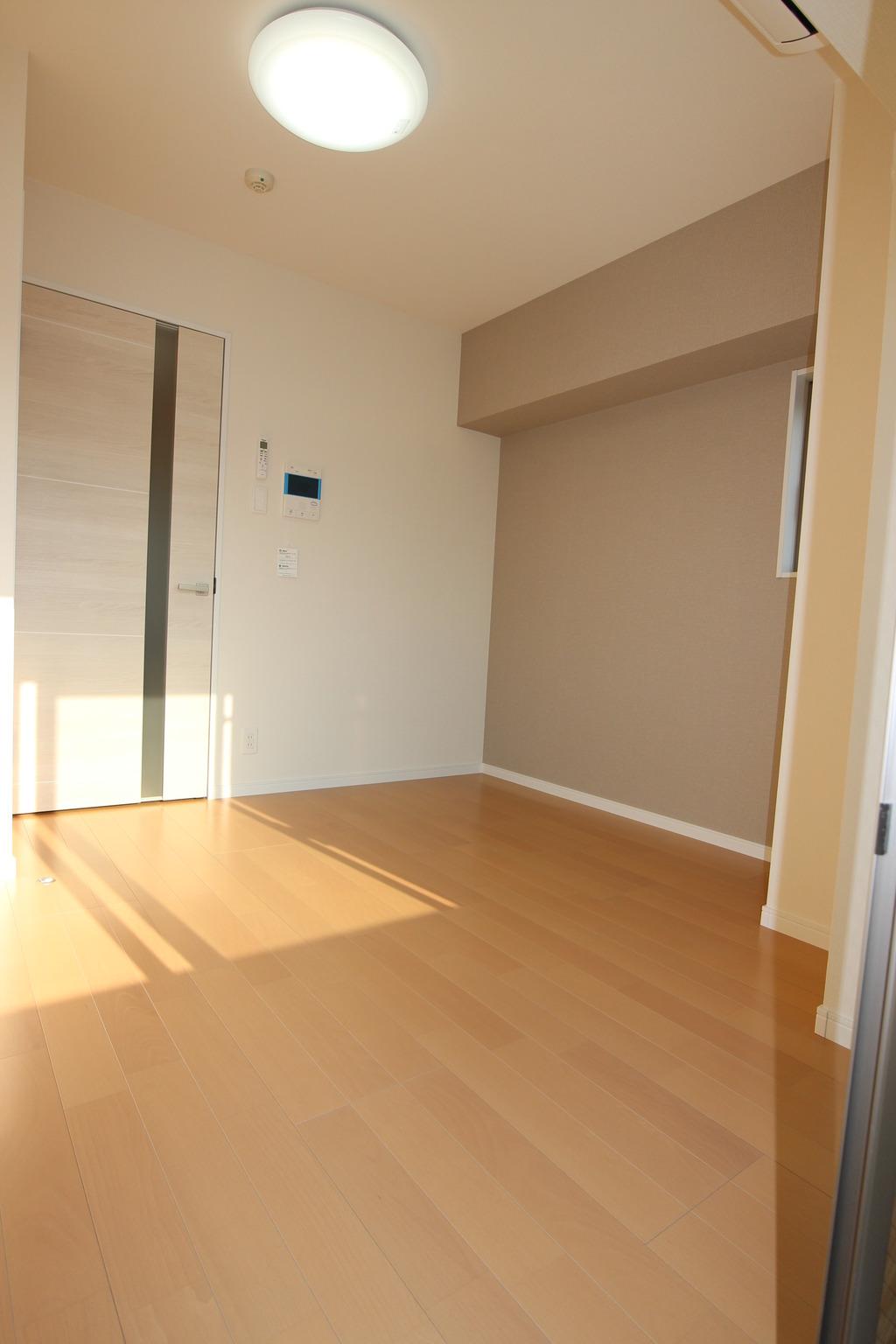 都会の喧騒を忘れさせてくれる静かで清潔感あふれる室内空間になります。